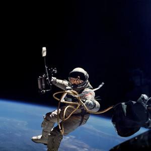 Ed_White_performs_first_U.S._spacewalk_-_GPN-2006-000025